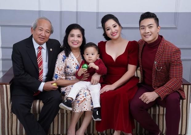 Vợ chồng Quốc Cơ thực hiện bộ ảnh gia đình 3 thế hệ mừng sinh nhật con trai tròn 2 tuổi - Ảnh 3.