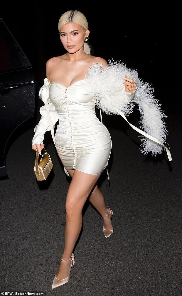 Kylie Jenner xuất hiện đẹp hút hồn, nhưng gây chú ý hơn là ngón tay đeo nhẫn đính hôn của cô nàng? - Ảnh 1.