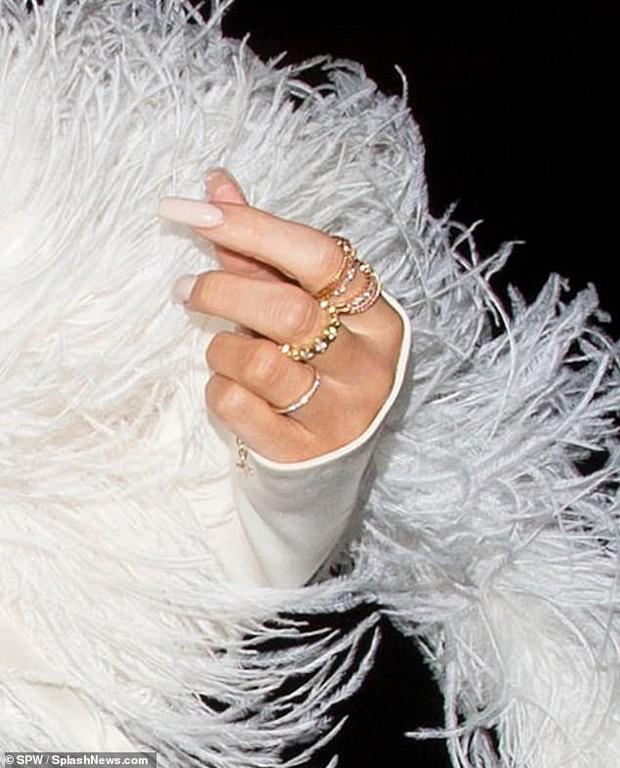 Kylie Jenner xuất hiện đẹp hút hồn, nhưng gây chú ý hơn là ngón tay đeo nhẫn đính hôn của cô nàng? - Ảnh 2.