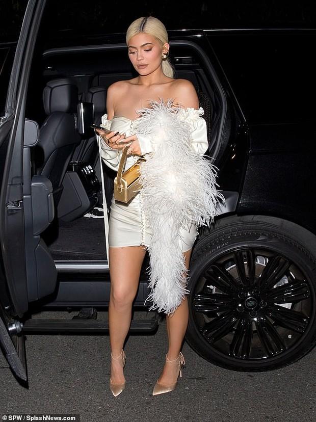 Kylie Jenner xuất hiện đẹp hút hồn, nhưng gây chú ý hơn là ngón tay đeo nhẫn đính hôn của cô nàng? - Ảnh 6.