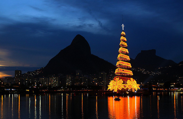 Các thành phố lớn trên thế giới cùng trang hoàng lộng lẫy mừng ngày Giáng sinh - Ảnh 11.