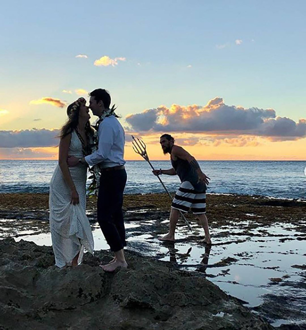 Chán làm vua biển cả, Aquaman mặc áo 3 lỗ, quần đùi lên bờ chụp ké ảnh cưới với thường dân - Ảnh 1.