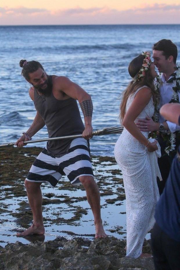 Chán làm vua biển cả, Aquaman mặc áo 3 lỗ, quần đùi lên bờ chụp ké ảnh cưới với thường dân - Ảnh 2.