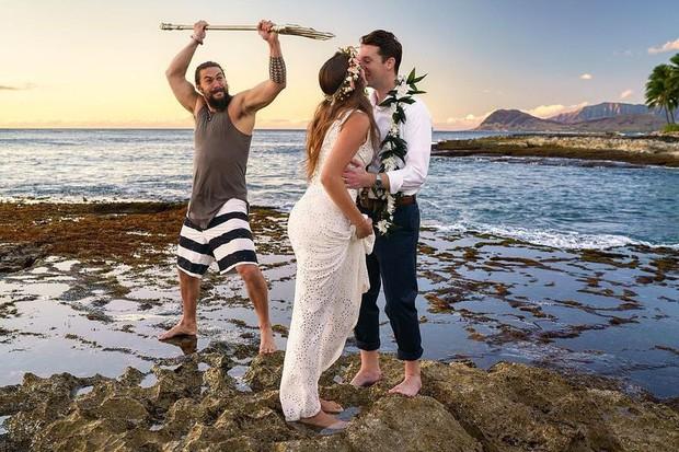 Chán làm vua biển cả, Aquaman mặc áo 3 lỗ, quần đùi lên bờ chụp ké ảnh cưới với thường dân - Ảnh 3.