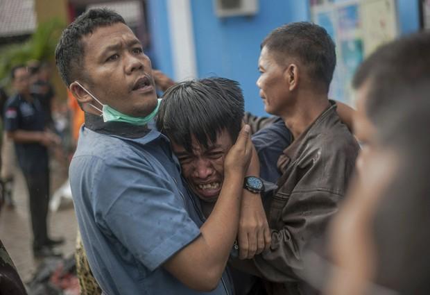 Indonesia một ngày chìm trong đau thương và nước mắt: Người dân đau đáu đi tìm người thân thích - Ảnh 3.
