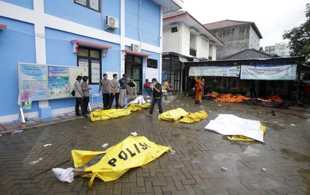 Indonesia một ngày chìm trong đau thương và nước mắt: Người dân đau đáu đi tìm người thân thích - Ảnh 4.