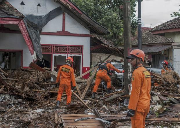 Indonesia một ngày chìm trong đau thương và nước mắt: Người dân đau đáu đi tìm người thân thích - Ảnh 7.