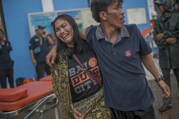 Indonesia một ngày chìm trong đau thương và nước mắt: Người dân đau đáu đi tìm người thân thích - Ảnh 9.