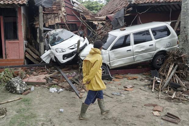 Indonesia một ngày chìm trong đau thương và nước mắt: Người dân đau đáu đi tìm người thân thích - Ảnh 10.