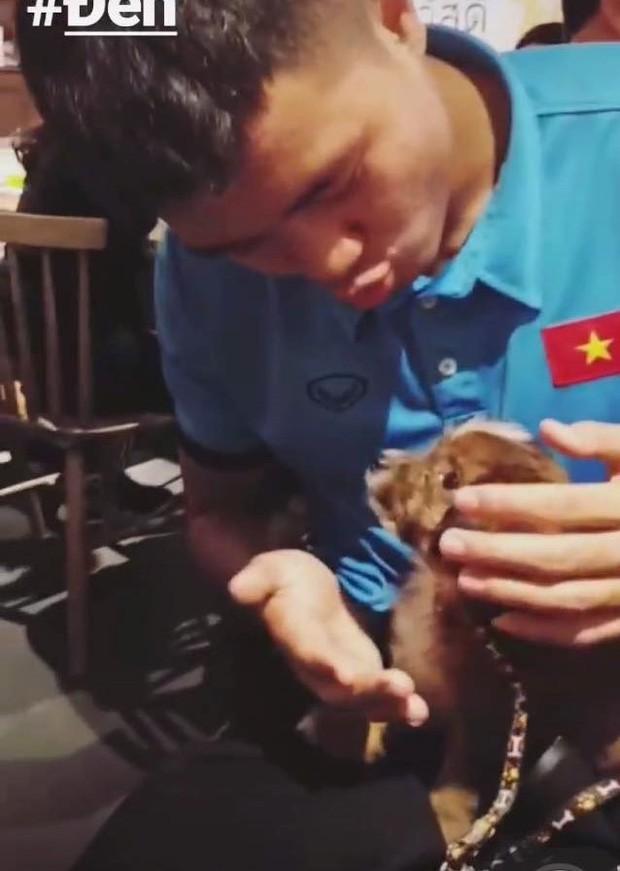 Ngoài hình ảnh mạnh mẽ trên sân cỏ, tuyển thủ Việt Nam còn rất dễ thương khi chụp ảnh cùng thú cưng - Ảnh 6.