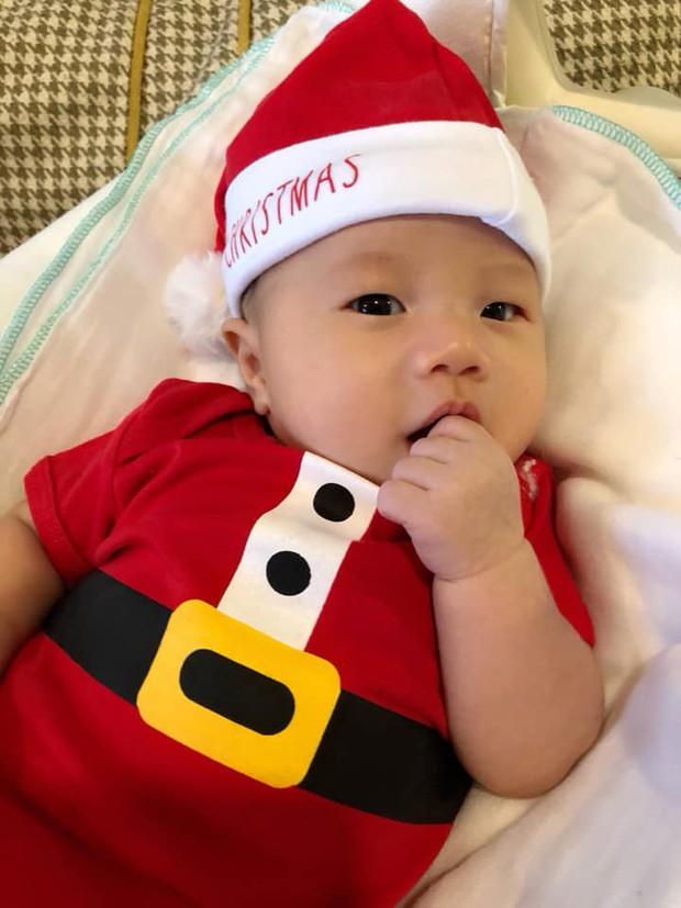 Nhân ngày Giáng sinh, vợ chồng Đinh Ngọc Diệp - Victor Vũ khoe ảnh quý tử đầu lòng gần 3 tháng tuổi cực đáng yêu - Ảnh 1.