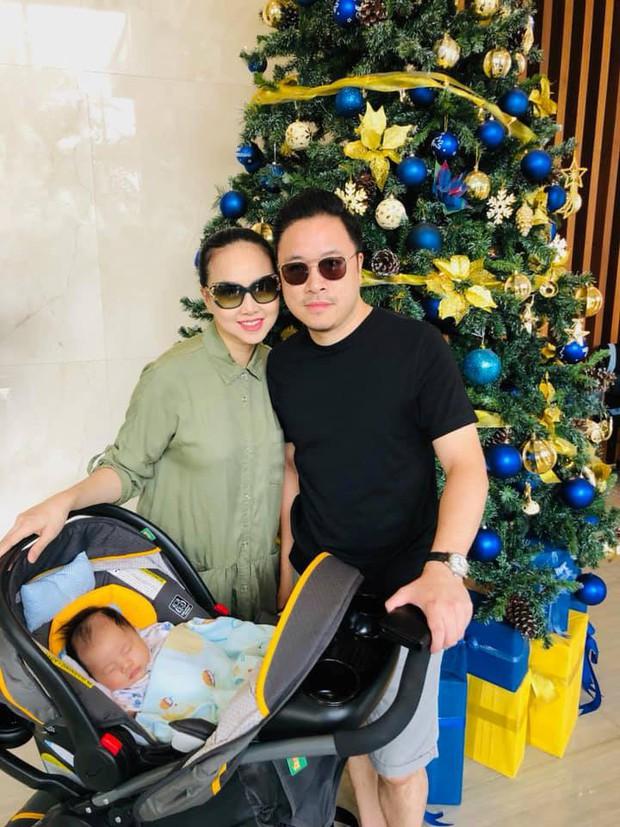 Nhân ngày Giáng sinh, vợ chồng Đinh Ngọc Diệp - Victor Vũ khoe ảnh quý tử đầu lòng gần 3 tháng tuổi cực đáng yêu - Ảnh 2.