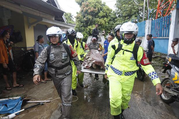 Indonesia một ngày chìm trong đau thương và nước mắt: Người dân đau đáu đi tìm người thân thích - Ảnh 16.