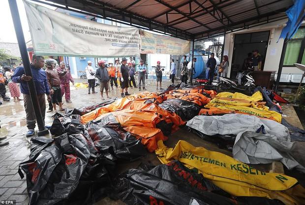 Indonesia một ngày chìm trong đau thương và nước mắt: Người dân đau đáu đi tìm người thân thích - Ảnh 15.