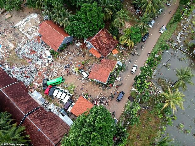 Indonesia một ngày chìm trong đau thương và nước mắt: Người dân đau đáu đi tìm người thân thích - Ảnh 14.