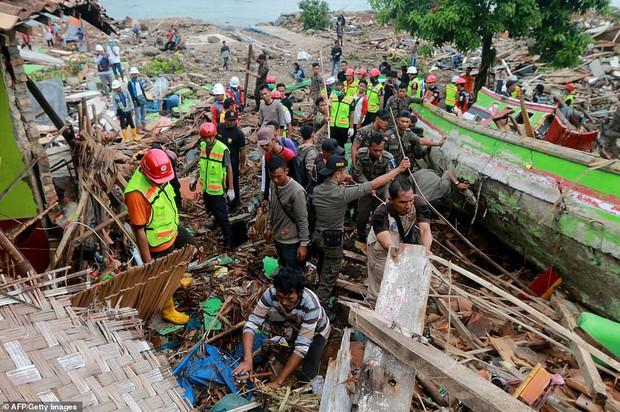 Indonesia một ngày chìm trong đau thương và nước mắt: Người dân đau đáu đi tìm người thân thích - Ảnh 13.