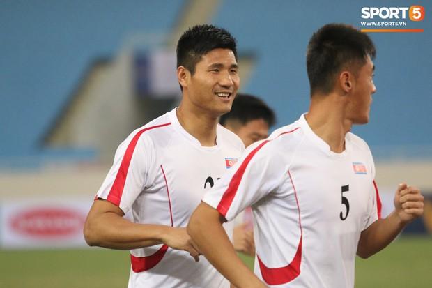 Cầu thủ CHDCND Triều Tiên thoải mái cười đùa trên sân tập trước ngày đối đầu Việt Nam - Ảnh 3.