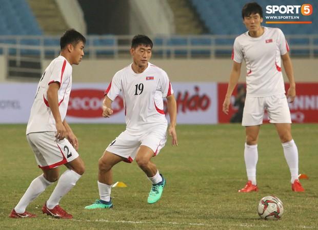 Cầu thủ CHDCND Triều Tiên thoải mái cười đùa trên sân tập trước ngày đối đầu Việt Nam - Ảnh 7.