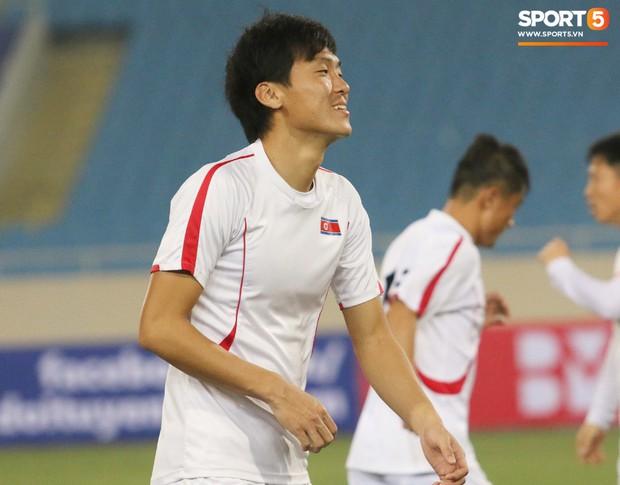 Cầu thủ CHDCND Triều Tiên thoải mái cười đùa trên sân tập trước ngày đối đầu Việt Nam - Ảnh 4.
