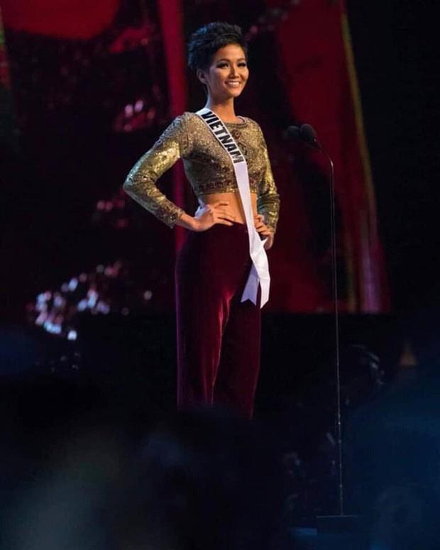 Trong khi Chi Pu loay hoay để mặc đẹp, thì HHen Niê đã thuần hóa ngay được kiểu quần này tại chung kết Miss Universe - Ảnh 2.