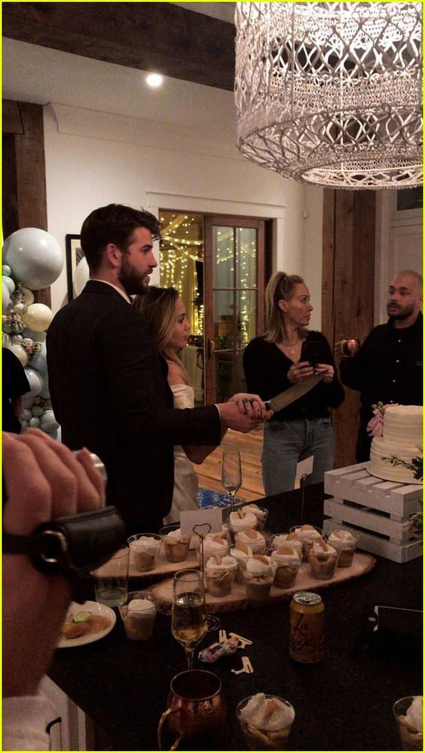 Miley Cyrus và Liam Hemsworth cuối cùng đã lộ ảnh tổ chức đám cưới sau 6 năm đính hôn? - Ảnh 1.