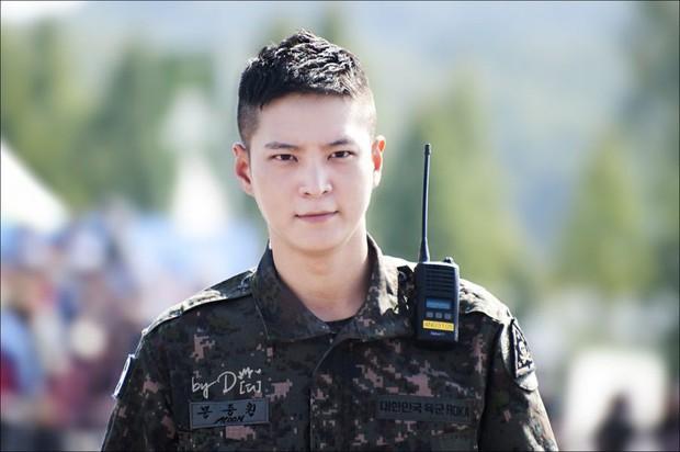 Ai ngờ nhập ngũ là thước đo nhan sắc chuẩn nhất của các nam thần Kbiz: Hyun Bin, Ji Chang Wook gây sốc vì mặt mộc - Ảnh 18.