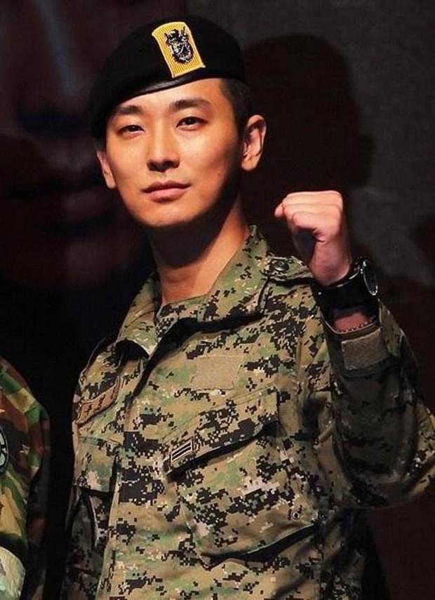 Ai ngờ nhập ngũ là thước đo nhan sắc chuẩn nhất của các nam thần Kbiz: Hyun Bin, Ji Chang Wook gây sốc vì mặt mộc - Ảnh 20.