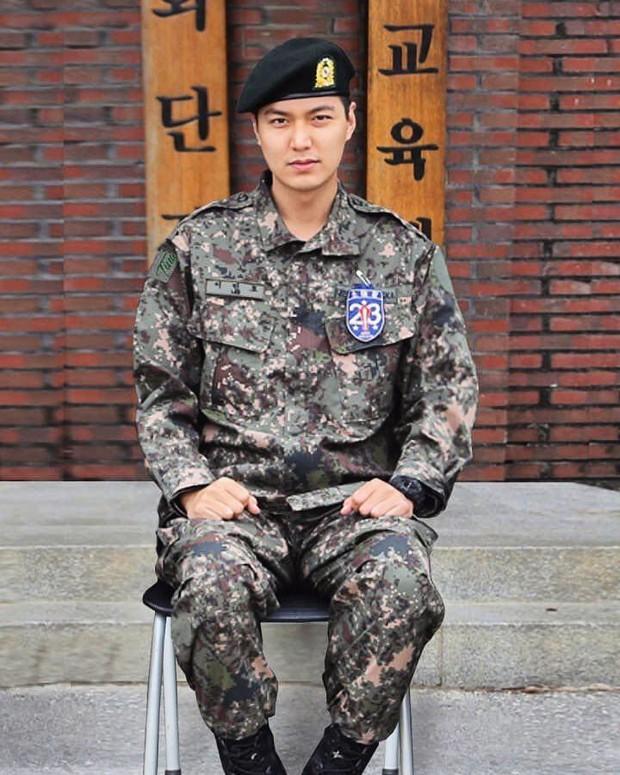 Ai ngờ nhập ngũ là thước đo nhan sắc chuẩn nhất của các nam thần Kbiz: Hyun Bin, Ji Chang Wook gây sốc vì mặt mộc - Ảnh 8.