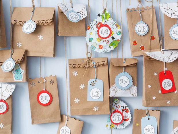 10 nguồn gốc thú vị của những tục lệ truyền thống trong lễ Giáng sinh: Hôn nhau dưới cây tầm gửi, treo tất cạnh lò sưởi, giấu dưa chuột muối trong cây thông… - Ảnh 5.