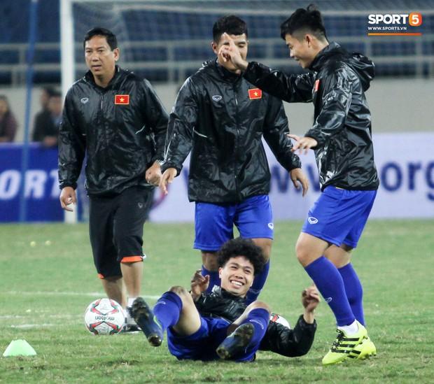 Công Phượng và các tuyển thủ Việt Nam tránh rét thế nào trước ngày đấu CHDCND Triều Tiên? - Ảnh 4.