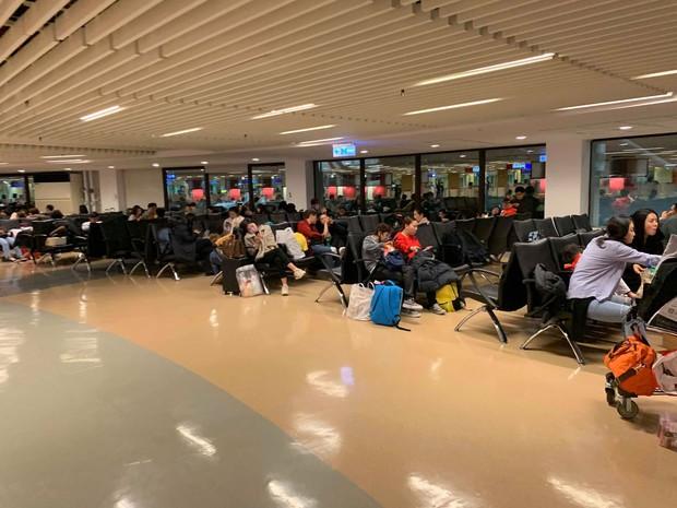 Hành khách đứng hình, trẻ em khóc thét khi máy bay Vietjet gặp sự cố kỹ thuật, phải hạ cánh khẩn xuống sân bay Đài Loan - Ảnh 3.