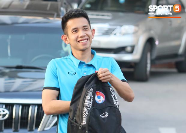 Xuân Hưng chống nạng đến sân, tiếp lửa cho đội tuyển Việt Nam - Ảnh 7.