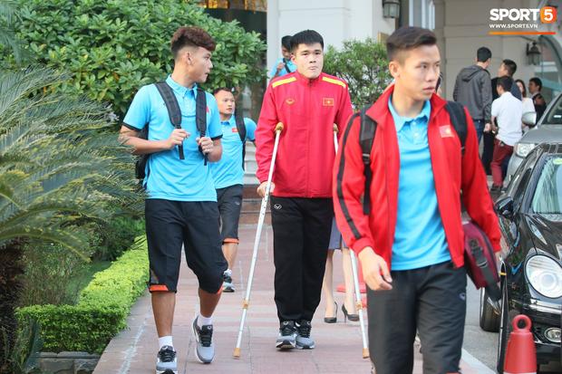 Xuân Hưng chống nạng đến sân, tiếp lửa cho đội tuyển Việt Nam - Ảnh 5.