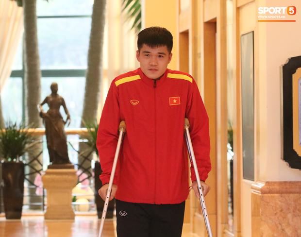Lục Xuân Hưng chống nạng đến xem trận Việt Nam vs Triều Tiên - Ảnh 1.