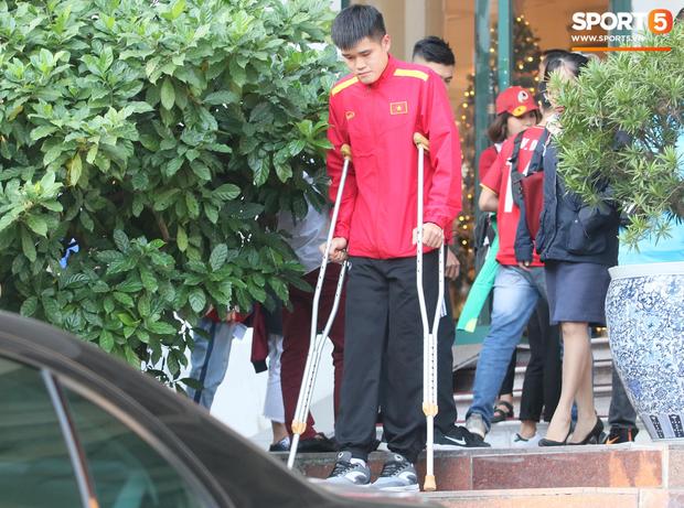 Xuân Hưng chống nạng đến sân, tiếp lửa cho đội tuyển Việt Nam - Ảnh 3.
