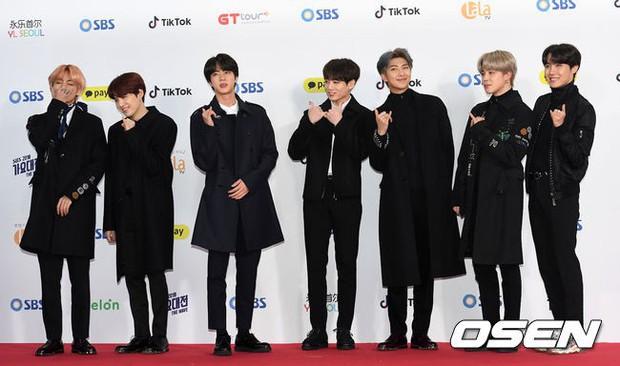 Siêu thảm đỏ SBS Gayo Daejun: Black Pink gây sốc vì vòng 1 nhọn hoắt, Irene táo bạo bên BTS, EXO và quân đoàn idol - Ảnh 24.