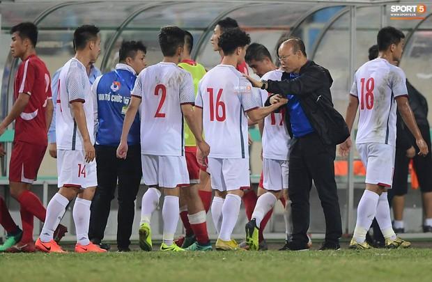 Dứt điểm đủ kiểu không ghi được bàn, Công Phượng được HLV Park Hang-seo an ủi sau trận hòa CHDCND Triều Tiên - Ảnh 2.
