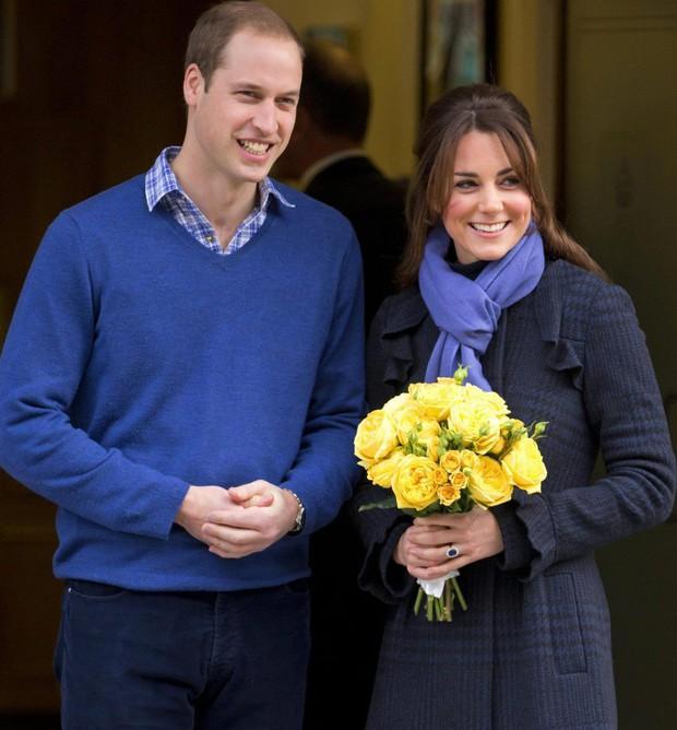 Công nương Kate ăn mặc giản dị, dắt tay hai con đi mua hàng giảm giá dịp Giáng sinh - Ảnh 4.