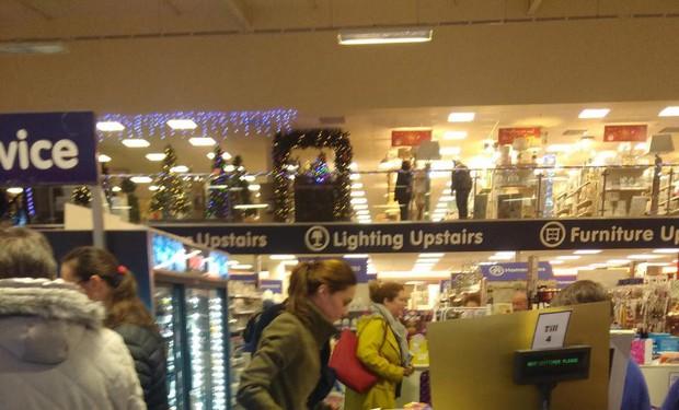 Công nương Kate ăn mặc giản dị, dắt tay hai con đi mua hàng giảm giá dịp Giáng sinh - Ảnh 3.