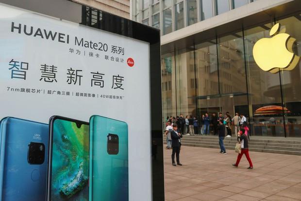 Apple bị tẩy chay bởi hàng trăm công ty Trung Quốc: Ai theo sẽ được tặng smartphone Huawei, ai dùng iPhone sẽ bị sa thải - Ảnh 1.