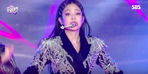 Black Pink biểu diễn đầy quyền lực ở SBS Gayo Daejun xong, netizen Hàn bỗng nhiên đi tìm tuổi của Jennie - Ảnh 5.