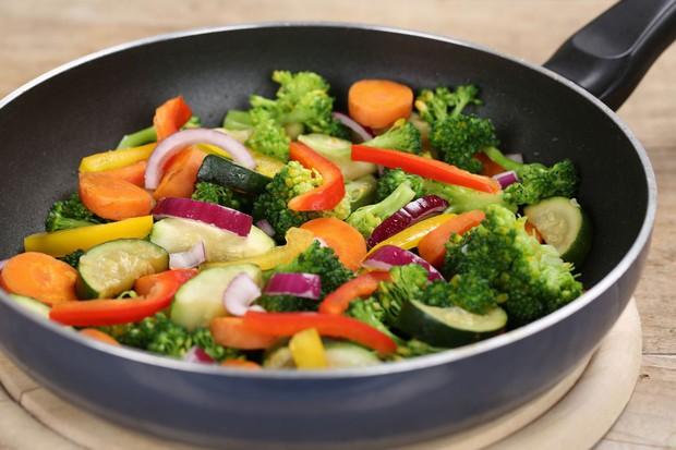 Áp dụng ngay chế độ ăn uống khoa học này giúp bạn có làn da sạch mụn bất ngờ - Ảnh 2.