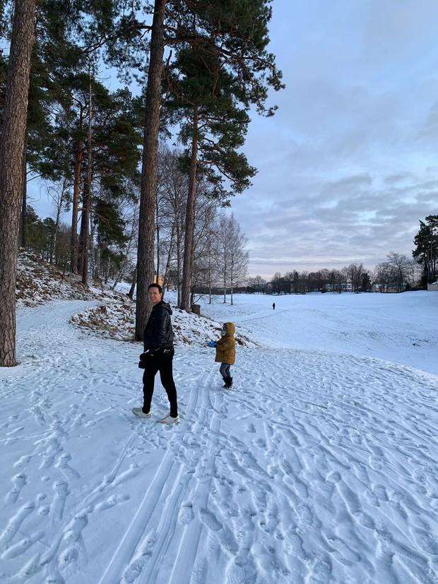 Hồ Ngọc Hà hạnh phúc đưa bé Subeo và cả đại gia đình tới nhà Kim Lý tại Thụy Điển - Ảnh 1.