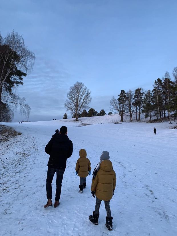 Hồ Ngọc Hà hạnh phúc đưa bé Subeo và cả đại gia đình tới nhà Kim Lý tại Thụy Điển - Ảnh 2.