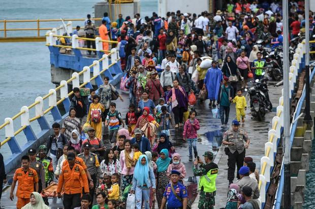 Một số người Indonesia trở về vùng sóng thần tàn phá để chụp ảnh tự sướng: Cảnh hoang tàn mới được nhiều like - Ảnh 4.