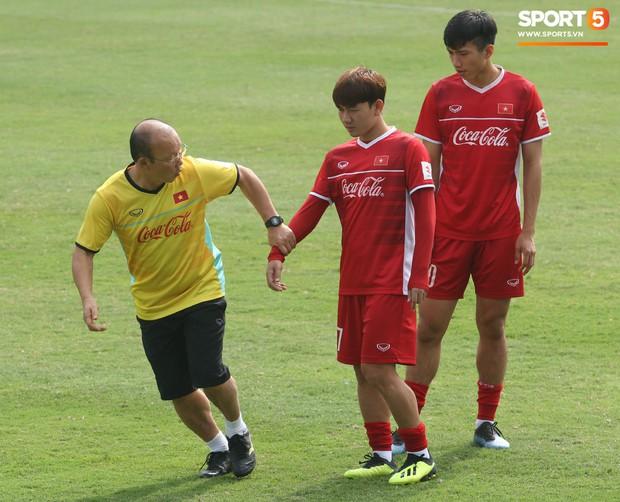 HLV Park Hang-seo nghiêm khắc uốn nắn Minh Vương, tận tình hỏi thăm sức khỏe học trò - Ảnh 2.
