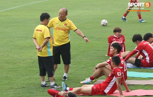 HLV Park Hang-seo nghiêm khắc uốn nắn Minh Vương, tận tình hỏi thăm sức khỏe học trò - Ảnh 6.