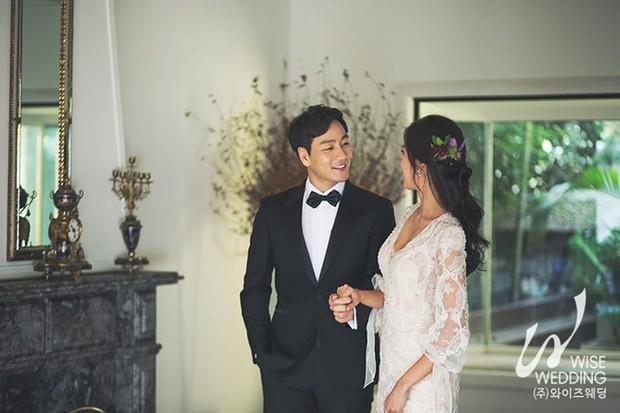 Nam tài tử Hồi ức Alhambra gây sốt vì tung ảnh cưới đẹp như phim cùng vị hôn thê kém 6 tuổi - Ảnh 1.