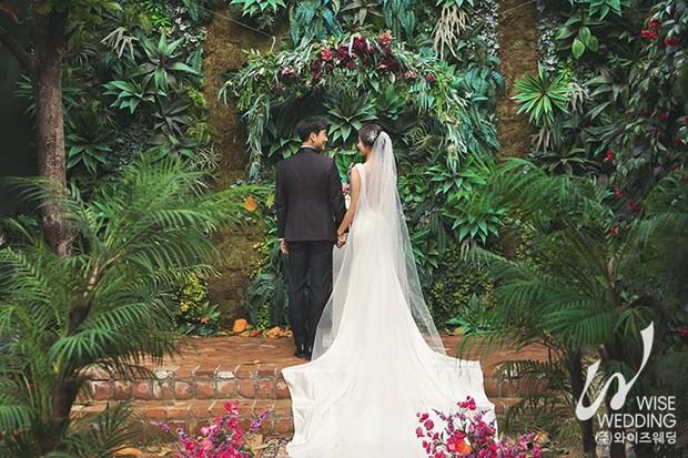 Nam tài tử Hồi ức Alhambra gây sốt vì tung ảnh cưới đẹp như phim cùng vị hôn thê kém 6 tuổi - Ảnh 3.