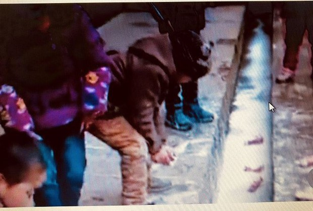 Trung Quốc xôn xao vụ học sinh đổ sữa xuống cống - Ảnh 1.